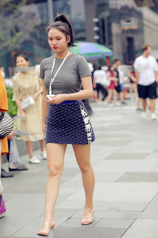 街拍:灰系上衣搭配藍色花紋裙,一掃沉悶,青春又元氣