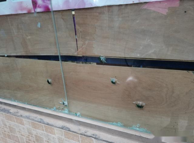 """誰幹的?資陽多傢商鋪玻璃上驚現""""彈孔"""""""