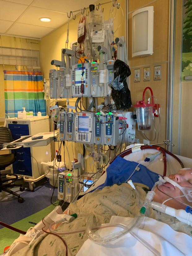 美13歲男孩得新冠,出現致命癥狀僅6天就離世,鮮血濺滿醫院墻壁