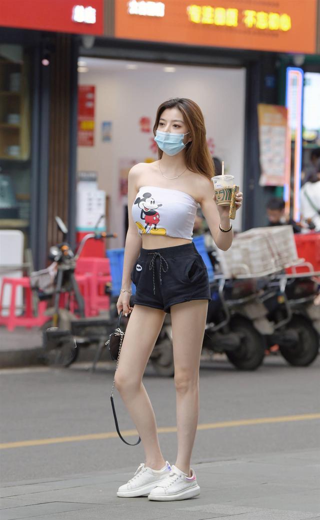 抹胸超短裤如何搭配好看 看看小姐姐这样穿 尽显白富美气场