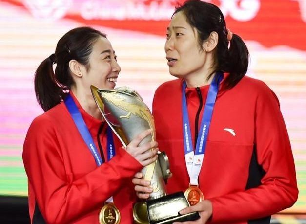 朱婷奪冠喜笑顏開,女排蔡斌卻透露壞消息,註意李盈瑩的表情