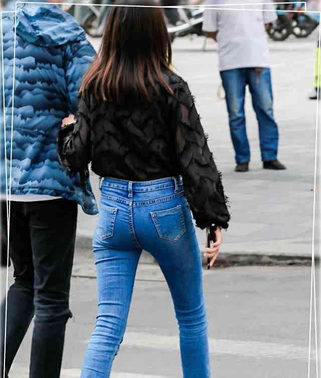 牛仔裤个性十足的版型,摆脱了固定的思维,时尚给人很强的视觉性插图(4)