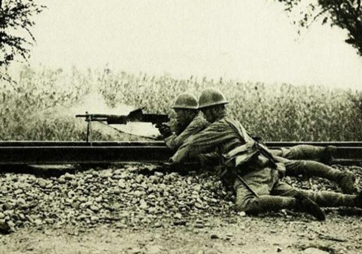 一夜四次爆破未成,膠東偽軍高聲挑釁,被八路最後一包炸藥炸飛