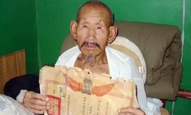 """河南一9旬老人去世,子女在遺物中找到張""""破紙"""",揭開真正身份"""
