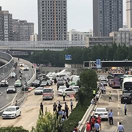 京广隧道水下沉车露出水面