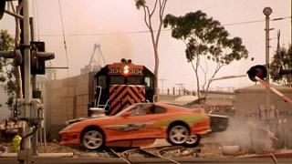 二人飙车险被火车撞飞