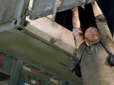 《虎胆龙威4》惊险片段 布鲁斯·威利斯救女不要命