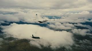 黑衣人空中连接大小飞机 直接扯翻小飞机
