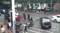 【浙江】违规横穿马路的母女 当街连打女司机十几个耳光