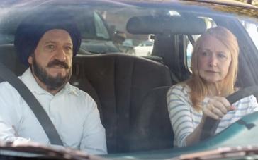 《学会驾驶》中文预告片 本·金斯利教车派翠西娅