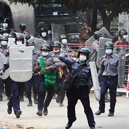 缅甸警察殴打医护人员