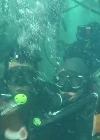《紧急救援》水下杀青视频 水下香槟喝起来!