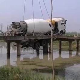 水泥罐车过桥将桥体压垮