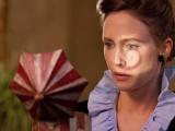 《招魂》曝片段 法梅加把玩诡异小丑音乐盒藏玄机