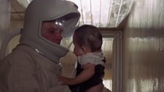 美国军方派出的回收小组发现了在房间内哭喊的婴儿并带回