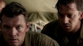 上尉感到不可思议 男主冒着危险就下多名伤员