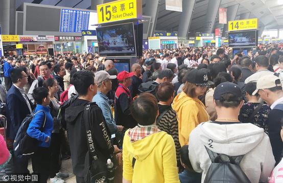 """北京南站迎客流高峰 旅客""""扎堆""""提前返程"""