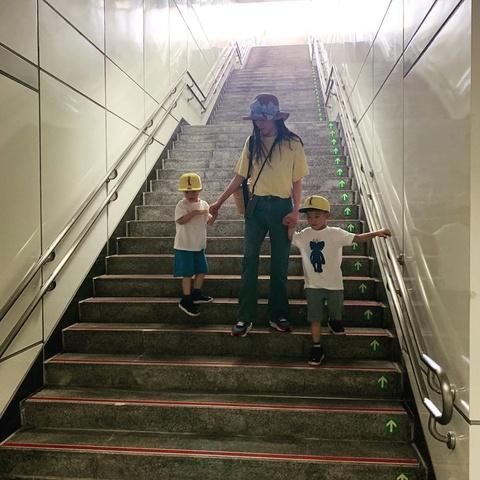 范玮琪带双胞胎儿子坐地铁 俩兄弟眼神萌翻