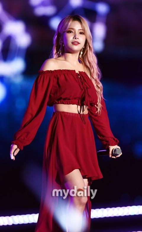 组图:韩女团MAMAMOO展强势舞台魅力 穿短裙露腿劲舞