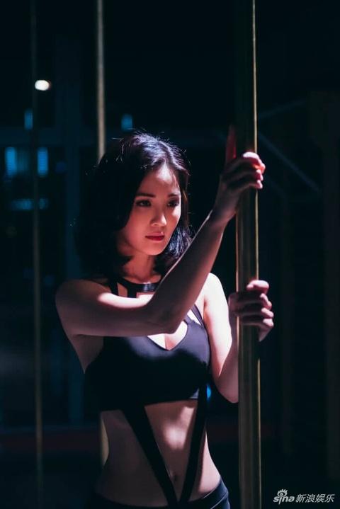 组图:蔡卓妍新戏突破尺度 练钢管舞浑身是伤