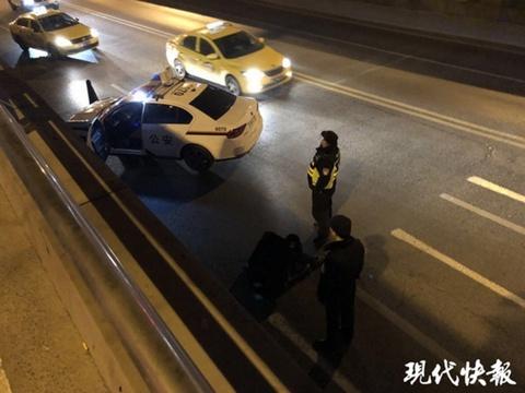 男子酒后横穿马路 不慎坠入隧道受伤