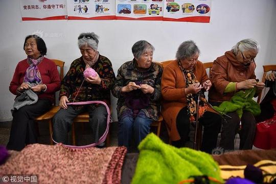 """昆明平均75歲""""毛衣奶奶""""們手織百余件毛衣送貧困學生"""