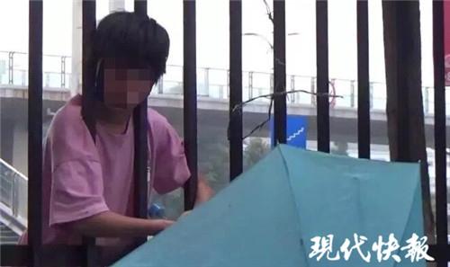 12岁女孩抄近路钻栅栏 结果脑袋被卡住