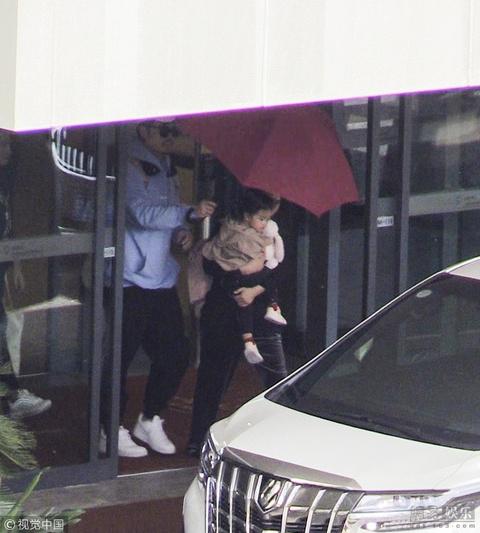 陳赫為女兒撐傘 被范丞丞粉絲誤認顯尷尬