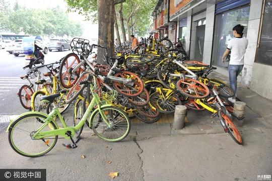 西安共享单车叠罗汉