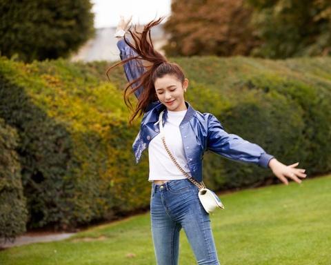 组图:林允穿蓝色短上衣活力十足 俏皮甩发闭眼卖萌很少女