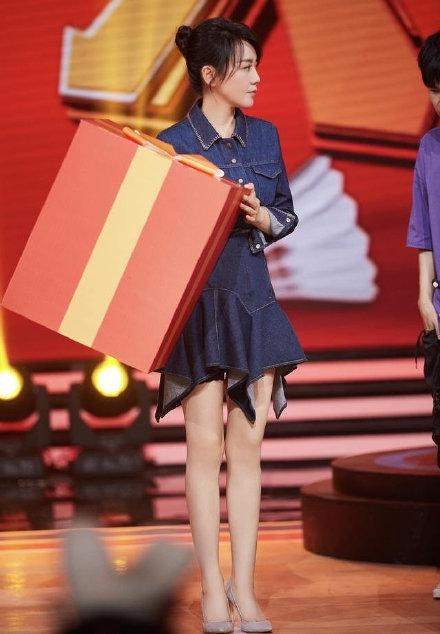 组图:这哪是48岁?闫妮上节目穿紧身牛仔裙 身材婀娜腿长且白