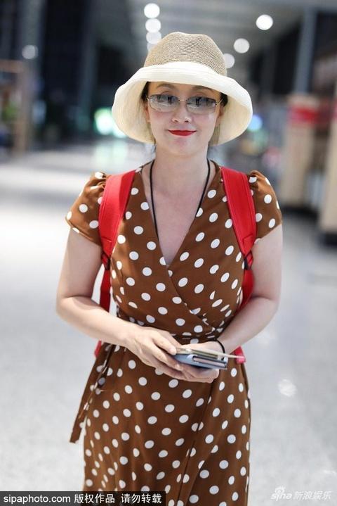 组图:永远少女心!陶虹戴草帽现身机场 波点长裙秀雪肤笑得甜