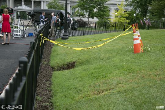 """美国白宫北草坪现""""天坑"""" 已设置安全警戒线"""