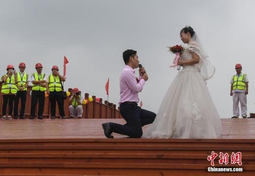 世界最長木制拱橋工地上的婚禮