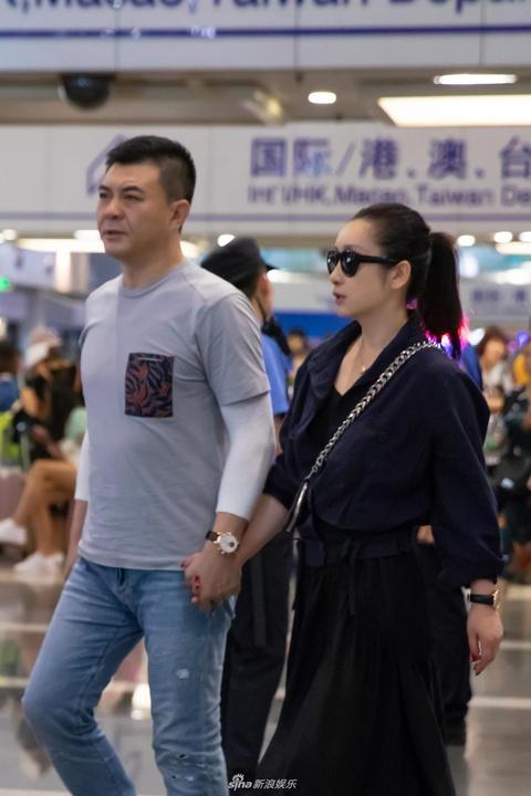 組圖:秦海璐王新軍夫婦合體現身機場 手牽手不時耳語很甜蜜