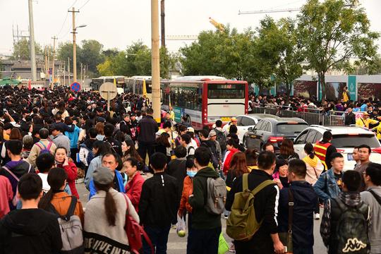 北京香山红叶节迎客流高峰 地面交通承压