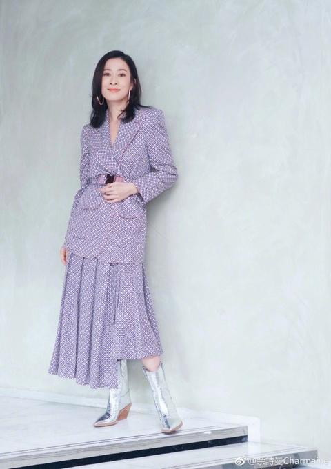 组图:佘诗曼身穿粉紫色套裙大摆pose 笑容甜美知性优雅