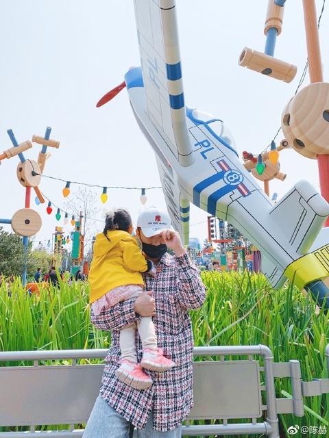 組圖:陳赫張子萱一家游迪士尼 抱著女兒園內留影幸福甜蜜
