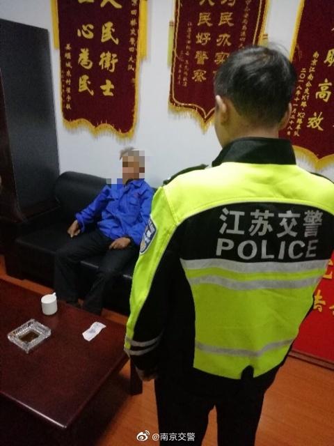 七旬老人骑车独自上高速 警察紧急救助