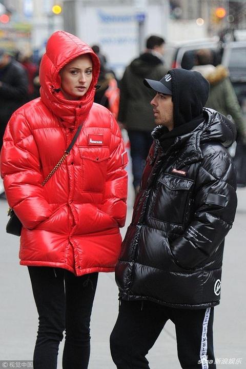 组图:苏菲·特纳与男友穿情侣装 冷到手插兜不影响秀恩爱