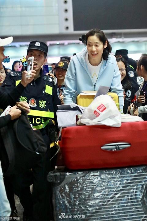 载誉归来!中国女排姑娘抵京心情好