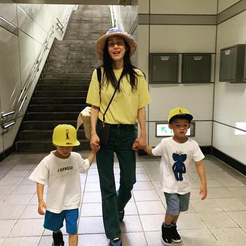 组图:范玮琪带双胞胎儿子坐火车 飞翔兄弟紧牵妈妈眼神萌翻