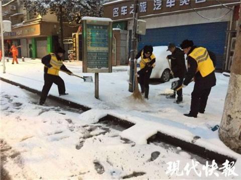 """南京下暴雪 5万""""大军""""凌晨上路扫雪"""
