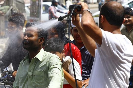 热浪袭击巴基斯坦卡拉奇 民众喷水降温
