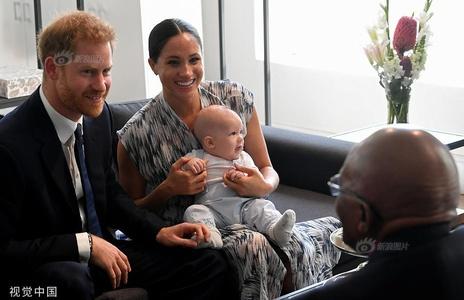 英哈里王子夫妇抱娃会见南非大主教 小不点软萌可爱
