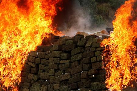 大片即视感 墨西哥焚烧缴获的26吨毒品