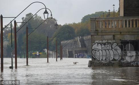 """意大利遭洪水侵袭 街头成""""泽国"""""""