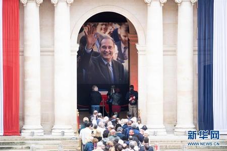 法国民众排队告别前总统希拉克