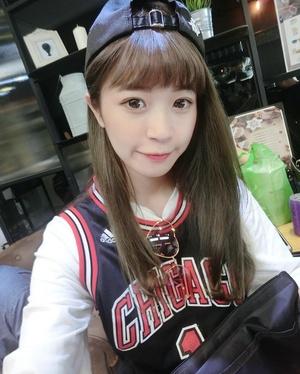 爱打篮球的美女模特 她带球撞人你肯定防不住