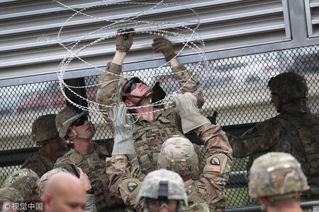 移民大军压境美国 美士兵在美墨边境安装铁丝网严防